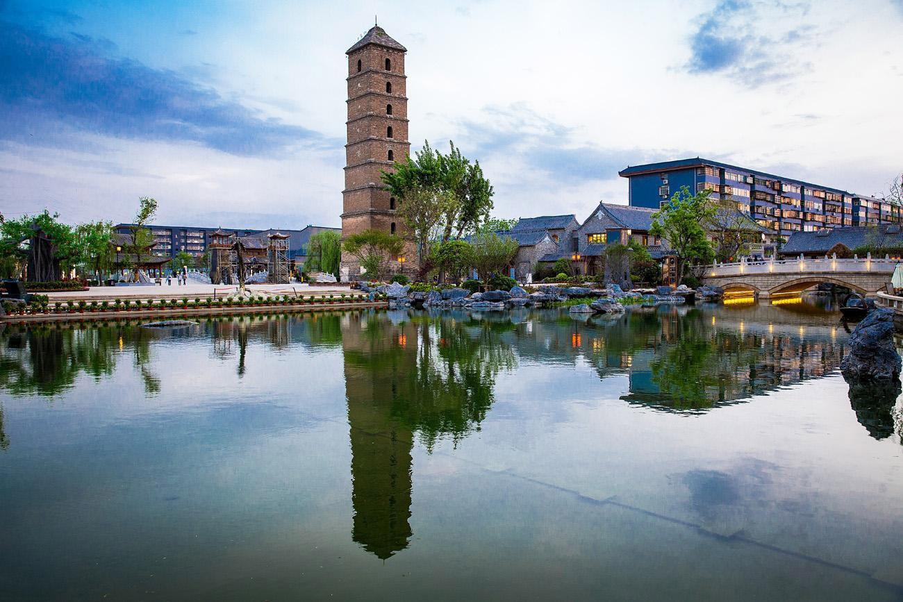 """被誉为""""中原渡口""""的洛邑古城文化旅游景区位于河南省洛阳市老城区.图片"""
