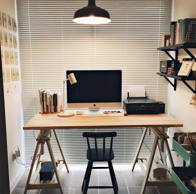 22,靠窗做嵌入悬空书桌,在书桌前面的窗户做百叶帘,可以避免窗帘落在图片