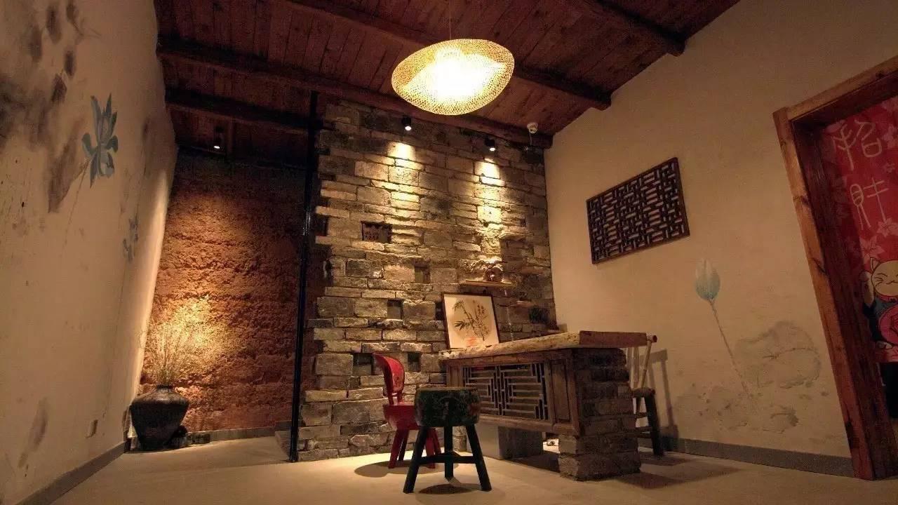 而桑格花簇拥的小木屋不是只有童话里才有,屋外还有滑梯,秋千,迷你