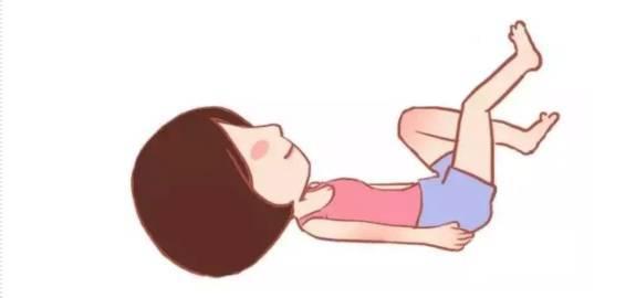 仰面睡在床上,双手伸直放在两侧,双脚做踩脚踏车动作,臀部要始终贴住