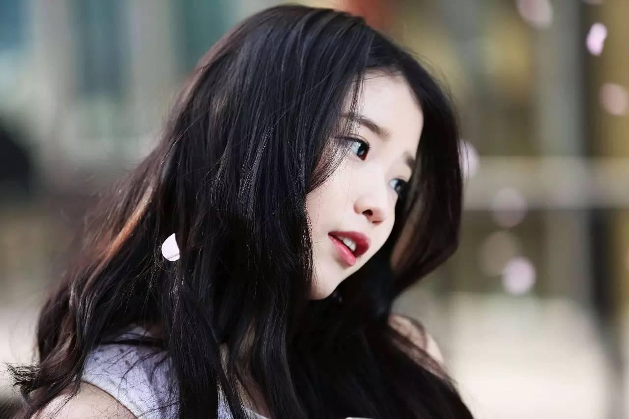 iu曾经入选收入最高的韩国偶像明星第三名,别看现在的iu如此光鲜亮丽