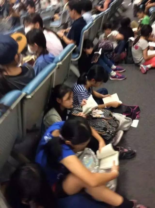 在外国机场的中国学生vs日本学生,这两张图被转疯了!
