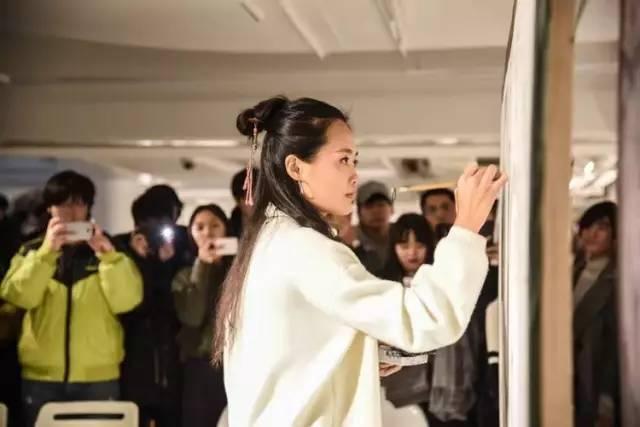 5亿人看过她画作,却不知其男女,这个90后美女野丫头,自学画画惊艳法国、比利时