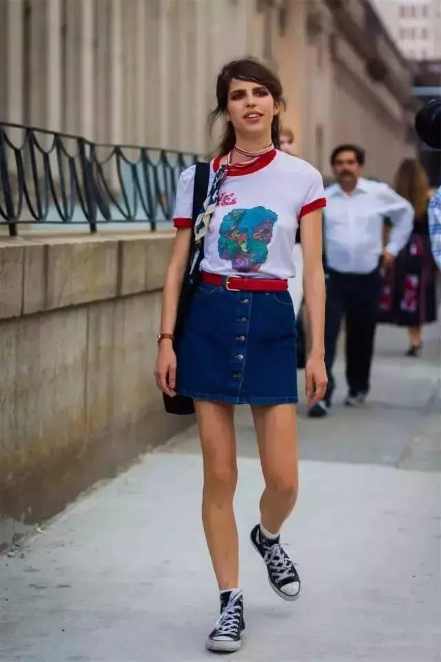 但是看看欧美街拍的妹子们,把脏脏的帆布鞋穿的这么有feel今天我