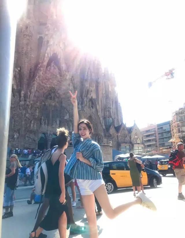丽固gd�il�.��/d_时尚 正文  最近迪丽热巴在微博上上传了四张游客照,同样也选择了蓝色