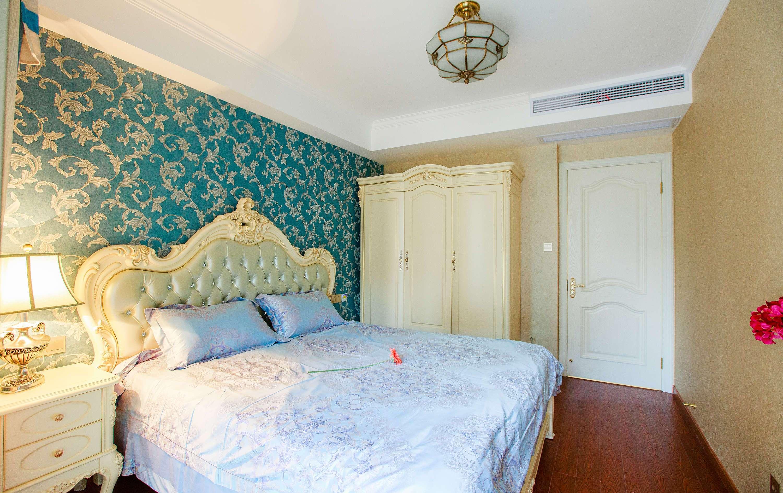 在挑选的时候还是按照欧式与美式的结合选择了一个突出的墙纸,地板是图片