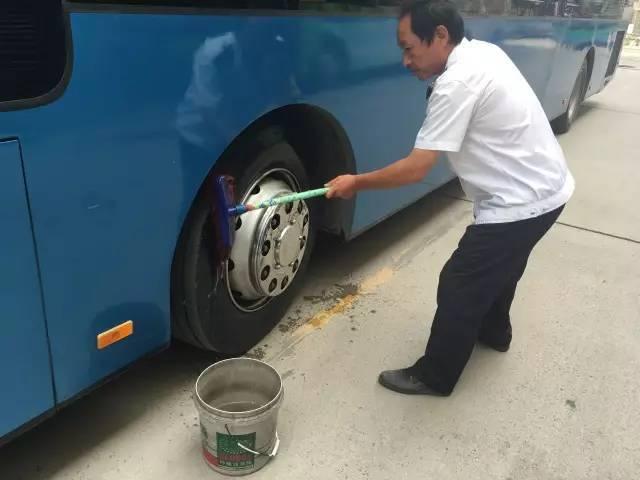 """""""全国爱老助老模范人物"""",高星级党员驾驶员王先红清理车辆卫生图片"""