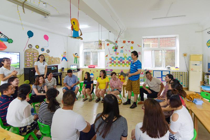 """8月19日,东海县第一幼儿园开展新生""""游戏式""""家长会."""