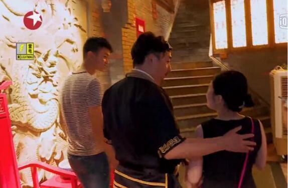 黄磊把手放在女生身上,被网友骂是咸猪手!