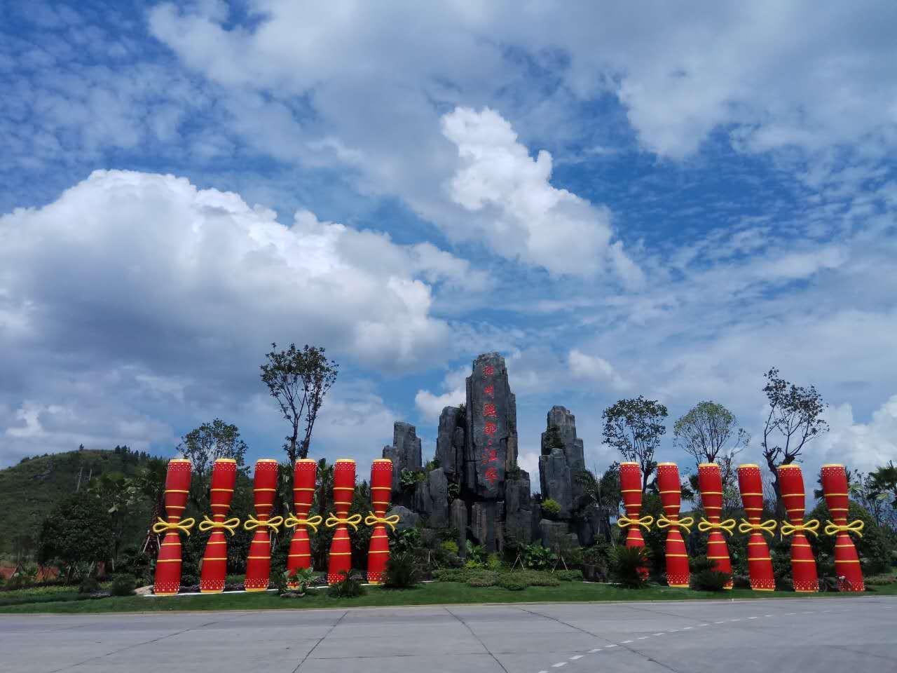 """数百家庭掉入湖南江华县政府在县委门口挖的""""天坑"""""""