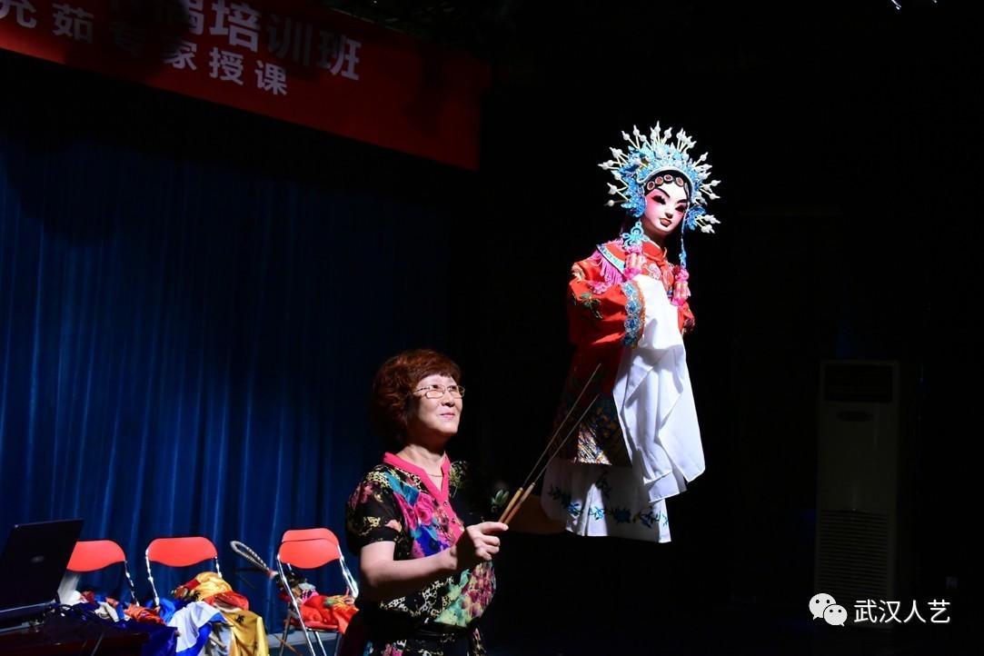 文化 正文  以演唱秦腔为主的陕西木偶戏,是一种独具古老风情,历史