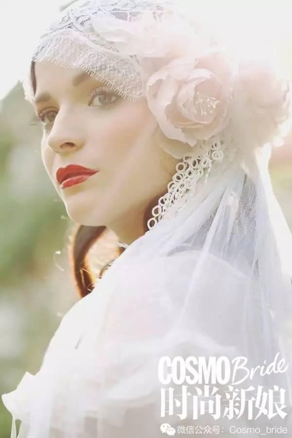 比如金属制成的花朵头饰看起来会更加精致动人,搭配头纱也显得刚刚好.图片