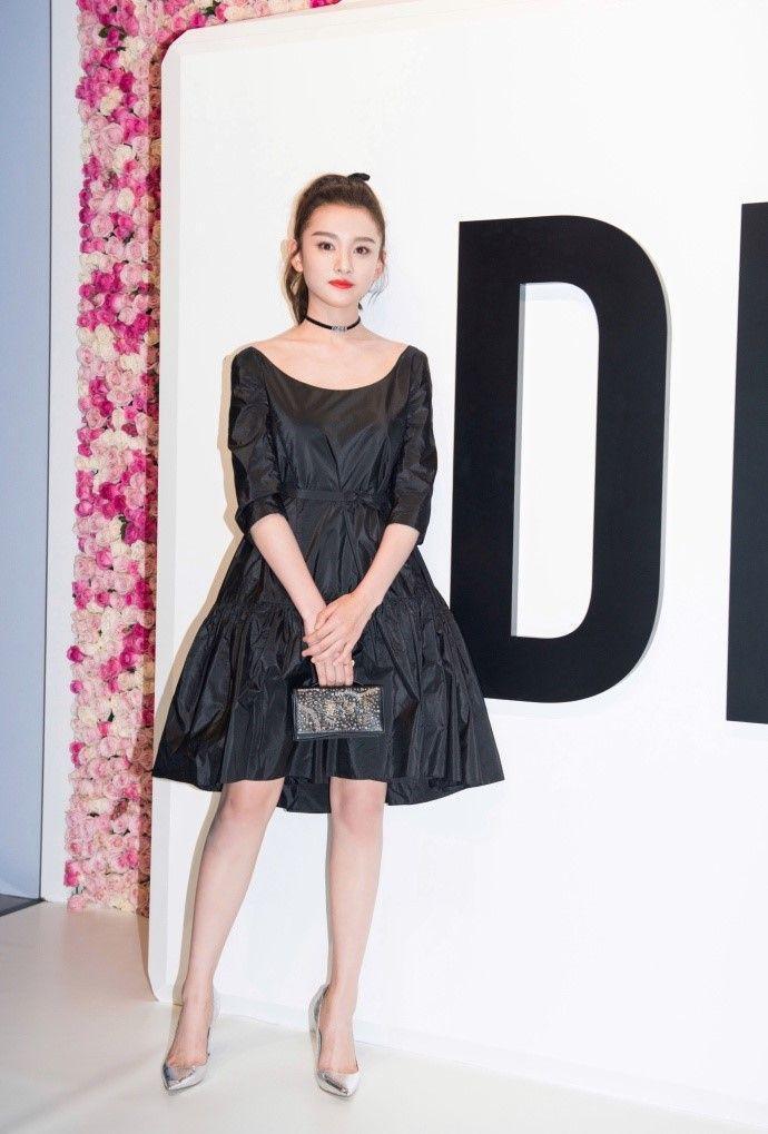 至于脑洞黑色说的裙子像图片垃圾袋,乍一看好像还有点真的像.陈雅丽网友性感图片