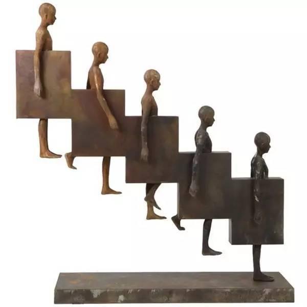下楼梯的现代青铜人物雕塑