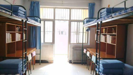 教育 正文  男生宿舍是四人间上床下桌,女生宿舍是六人间四个上铺两个图片