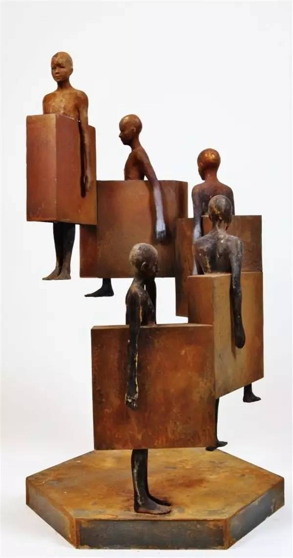 上楼梯的现代青铜人物雕塑
