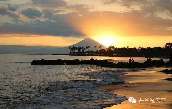di tepian pantai sambil menikmati tenggelamnya matahari di