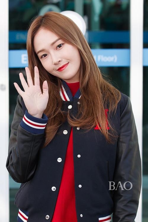 少女时代郑秀妍穿手拎爱马仕铂金包确实很妩媚 漂亮动人 2