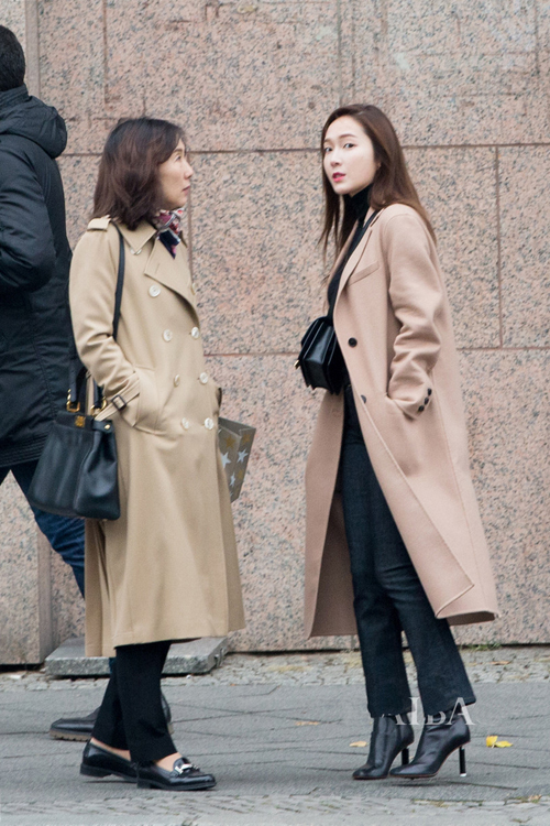 少女时代郑秀妍穿手拎爱马仕铂金包确实很妩媚 漂亮动人 17