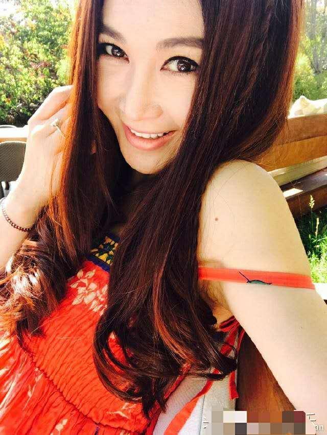 51岁的温碧霞装嫩卖萌,网友纷纷留言:你的衣服能好好图片