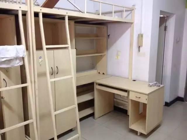 四人间面积约30平米(包含阳台洗手间),有阳台和独立卫浴,这下需要图片