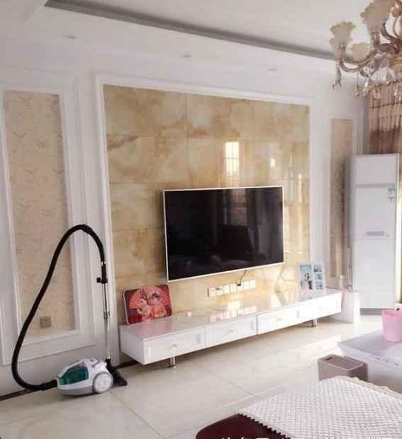 电视背景墙采用黄色的云纹大理石莆田,四周用石膏板装饰.