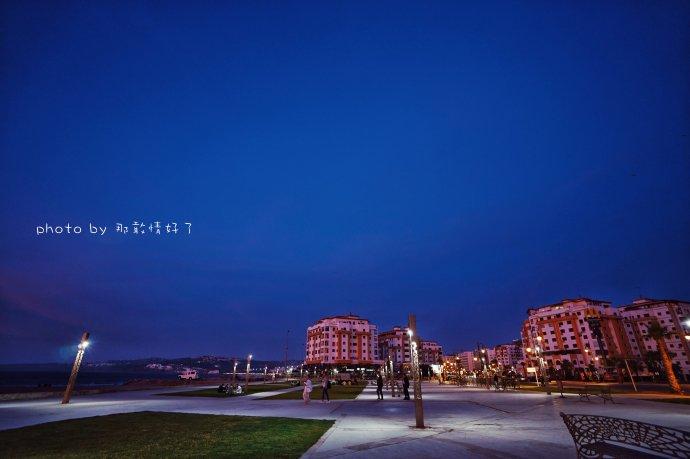 深蓝色配枚红色_青春澎湃的玫红色天际,不动声色地变成了沉静如水的深蓝,平凡的夜幕