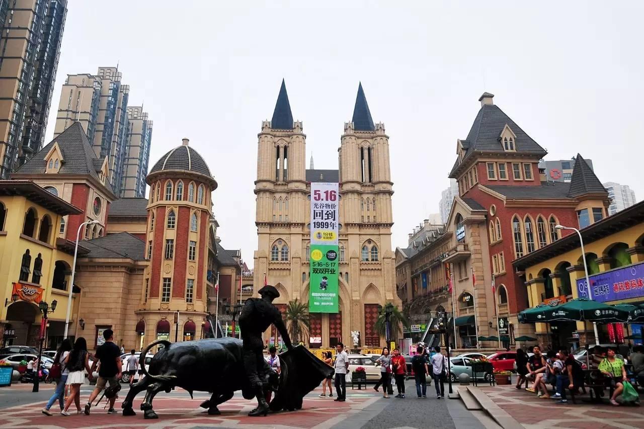 光谷这里有几条外国的风情街,西班牙,意大利,德国式的风情街,欧式的图片