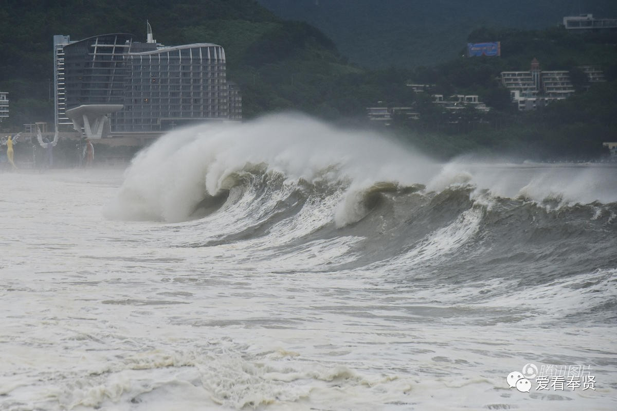 台风天瘦子搞笑图片