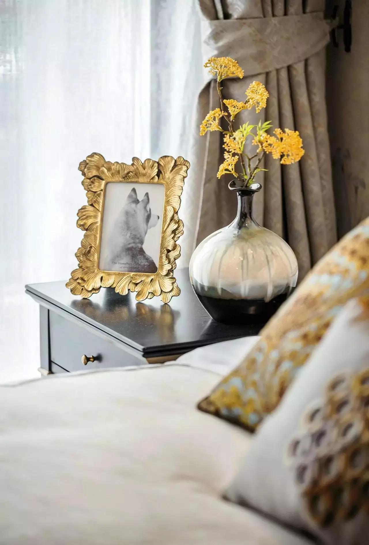 米罗抽象画,来捕捉他的性格,只有飘窗上的小鹿摆件和床头上的鹿