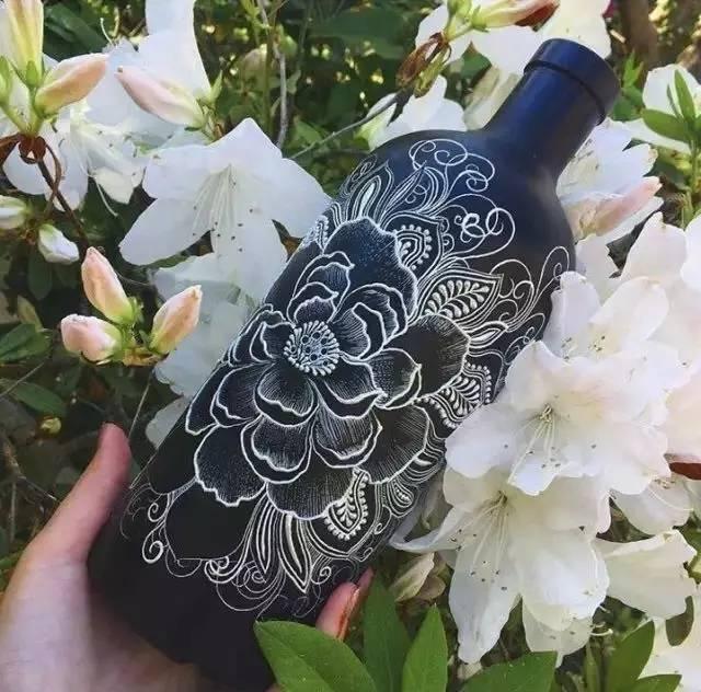 手绘的材料,被称之为海娜,人们采摘下这种灌木的叶子,将其磨成极精细