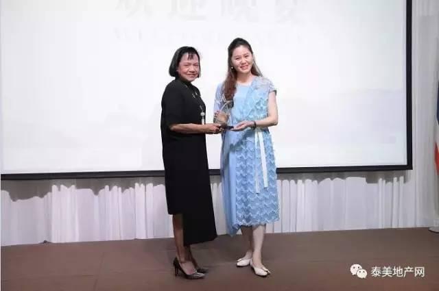曼谷市副市长pranee sattayaprak阁下为红颜会执行会长颁发奖杯