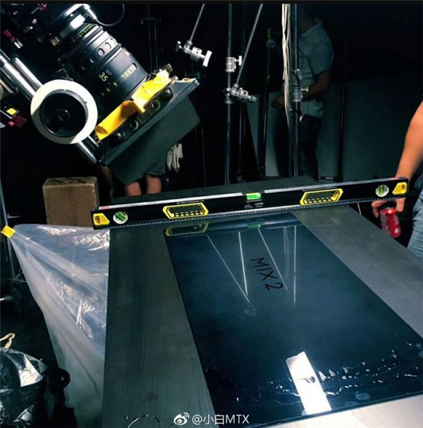 小米MIX 2广告拍摄现场曝光:陶瓷材质的照片 - 1