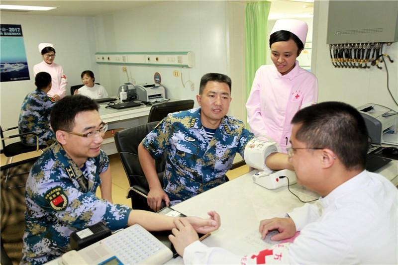 和平方舟医护人员为我驻吉布提保障基地官兵诊疗服务.
