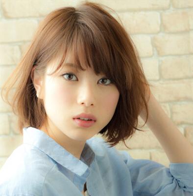棕色短发加上花衬衣就是一个精灵伶俐的小女生,甜美女孩必备发型之一.图片