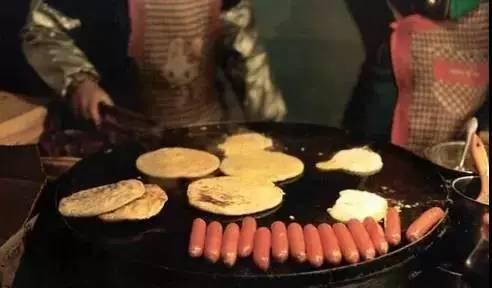 顾客拿着煎饼质问:少放了一个鸡蛋!摊主大妈一句话,让所有人都沉默了……