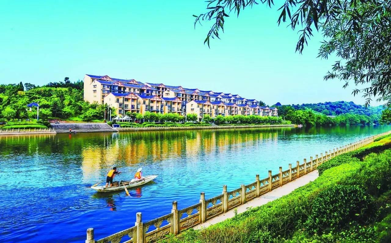 月21日,一叶小舟行驶在风景秀丽的龙溪河垫江县高安段.向晓秋 摄图片