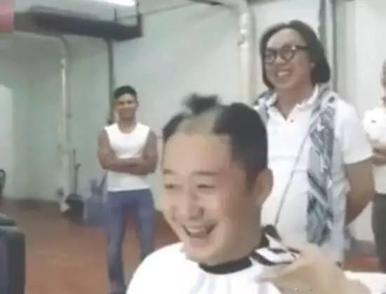 撸撸夫人更容易被草_明星发型自己撸 吴京被谢顶 周杰伦拿同事开刀 有一位