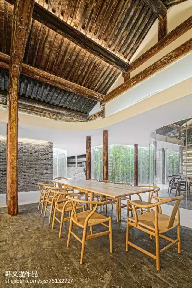 曲廊同时具有旧建筑的结构作用,廊的钢结构梁柱替换了局部旧建筑中