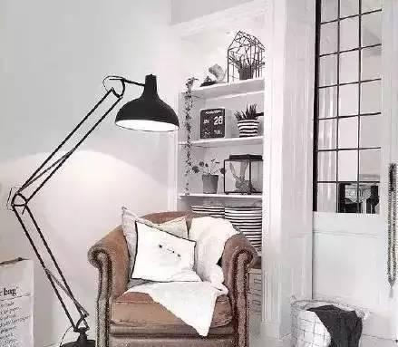 阳台处设计成吧台类的书房,墙上安装个小书架,简简单单的设计,家里又