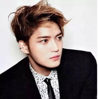 男生浅色发色_这款短发非常适合职场型男,低调金黄发色更显时尚帅气,突出男生成熟
