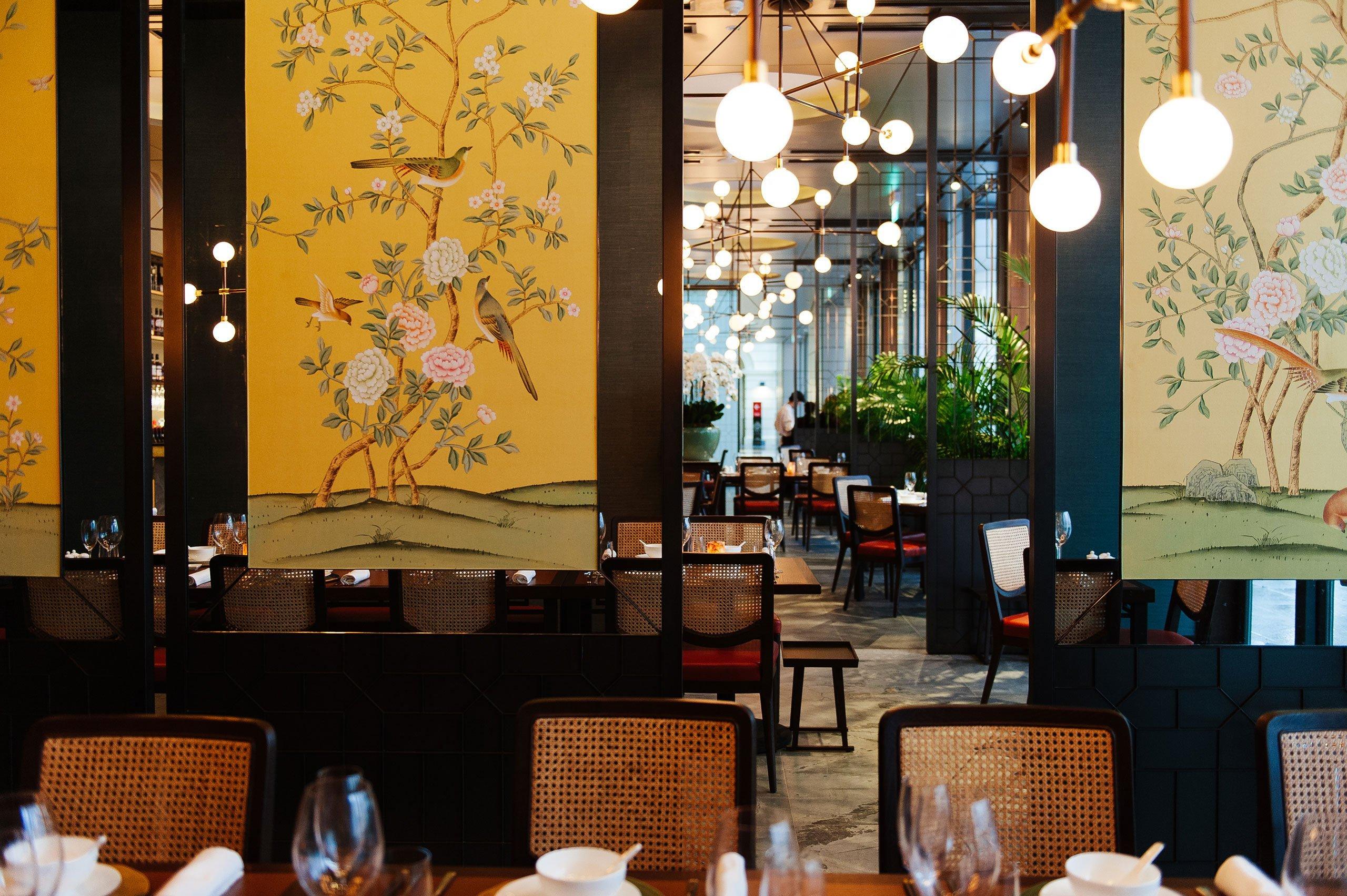 美食 正文  中式餐厅装修设计,采用了中国风元素的屏风,挂画和地毯