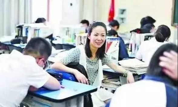 课间休息时间,杨幼萍与学生交流