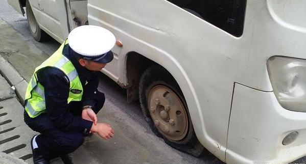 汽车在高速路上爆胎了,焦作车务帮停车下来换胎算不算违章?