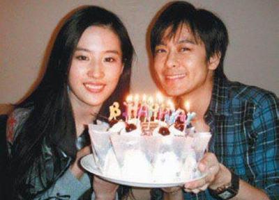 17岁爆红,黄晓明胡歌她都看不上,今携 一家三口 赚5亿票房