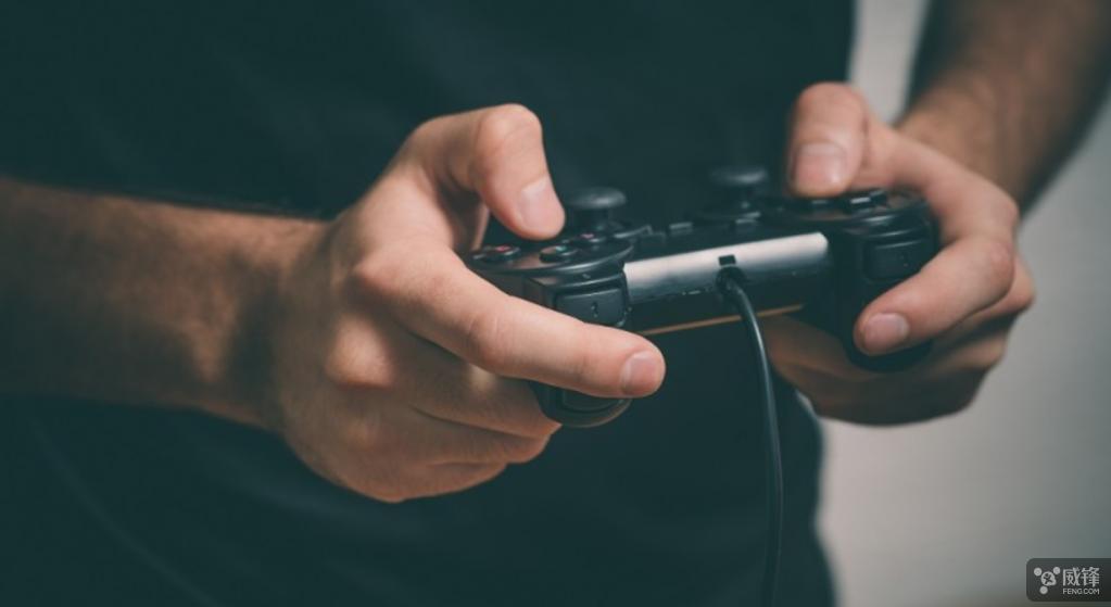 游戏玩家vs专业飞行员 谁更适合操控无人机