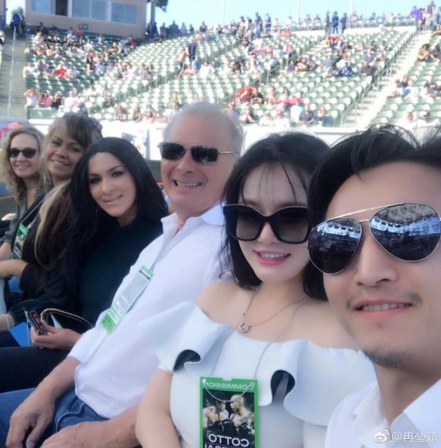 江西11选5资讯网邹市明和自己爱妻冉莹颖合照,作为拳王的妻子