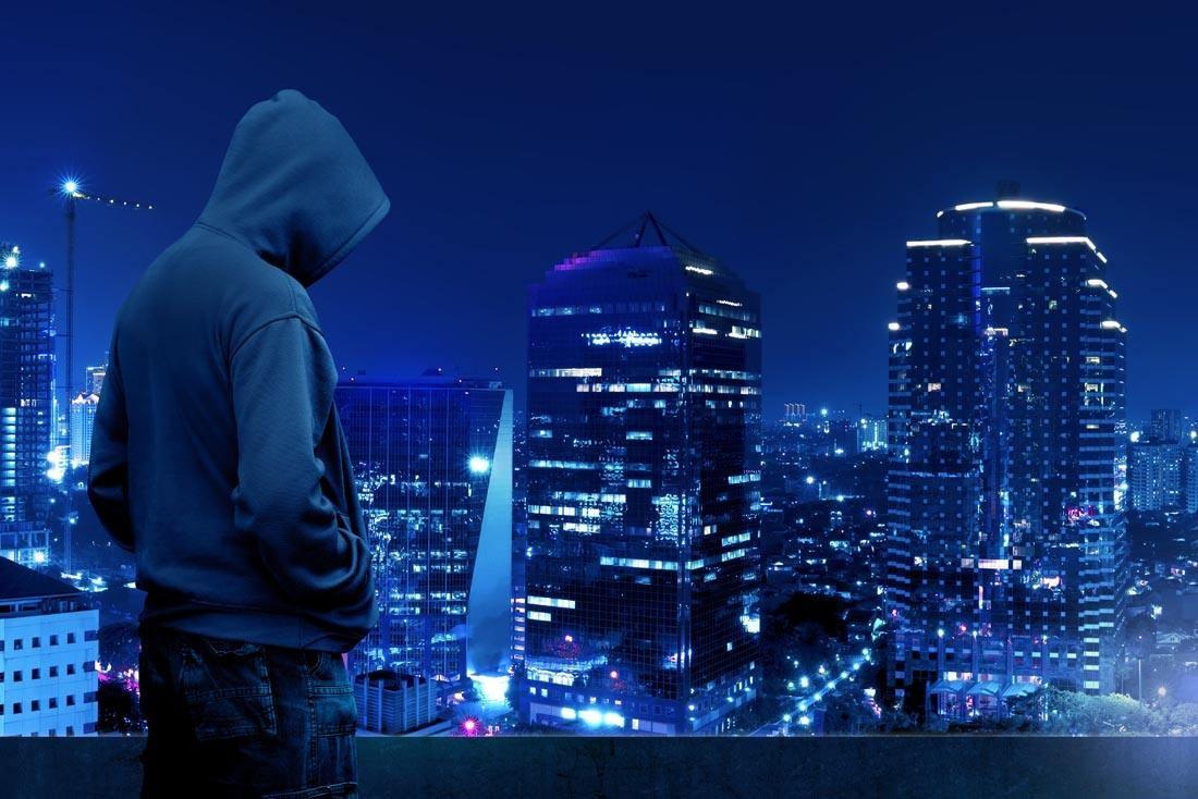 《中国新生代白帽黑客群体画像》,画像以手托电脑,身着兜帽衫,背背包