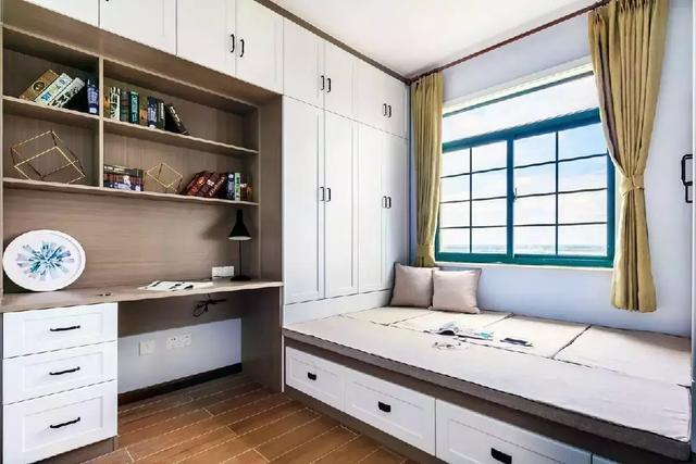 书房靠窗设计的是榻榻米,还有一体式的书桌,书柜,这是一个独立的学习图片