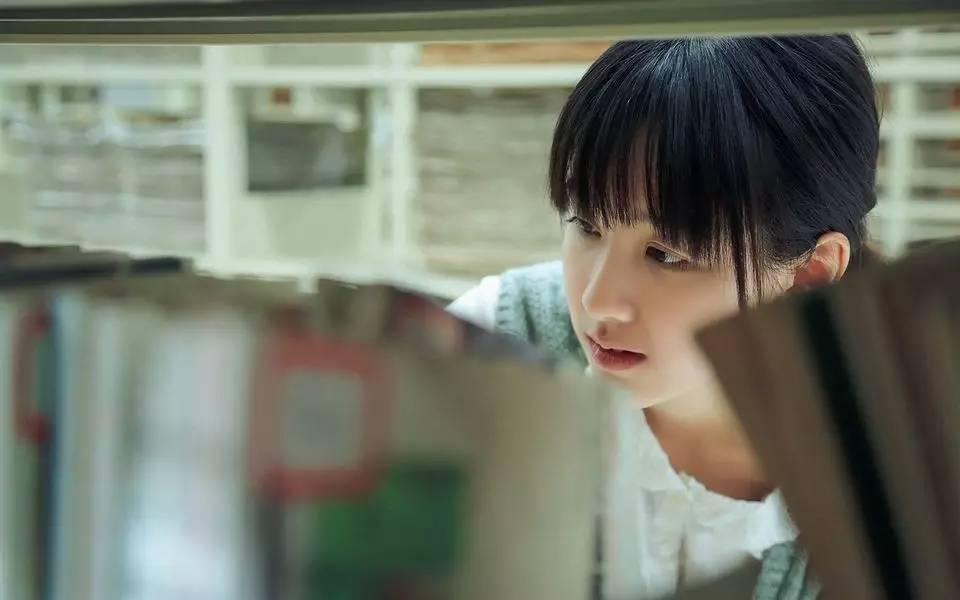 陈都灵最开始红起来是在校花校草排行榜上pk掉了奶茶mm,成为网选校花